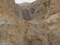 乾燥しきった大地に突然の鉄砲水。砂漠の谷が大河に変わる瞬間を撮影。