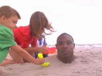 NFL(アメフト)のプロなら、砂浜に首まで埋められてもこの通り。