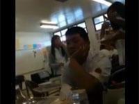 これは酷い。教室で食事中の女の子の顔面にゴミ箱をどーん!