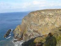 奇跡的に撮影された大迫力な海岸侵食の動画。巨大な崖が突然崩壊する!