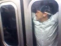 無茶する外国人。走っている地下鉄の外側に掴まっているヤツ発見w