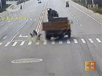 中国の交通事故事情。監視カメラが捉えた事故映像108連発。交差点どーん