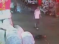 車にはねられ路上に倒れた2歳の少女を無視する通行人にネットで怒りの声