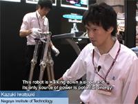 動力源は位置エネルギー。押すだけで歩き続ける二足歩行ロボット。