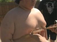 乳首を激しく摘ままれて、ついつい大声を出してしまう人の動画