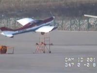 なにこれ凄い。駐機していた無人の飛行機が強風に煽られて勝手に離陸