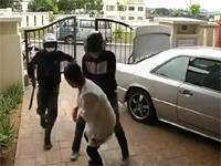 自宅に帰ってきた所を二人組の強盗に襲わてしまう女性