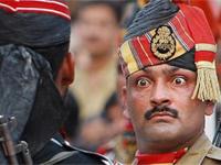 インド・パキスタンの国境で毎夕行われる「我が国旗の降納」儀式がアグレッシブで面白い